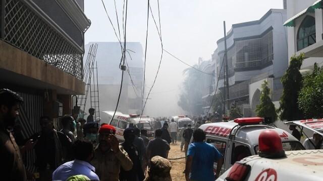 Un avion cu aproape 100 de oameni la bord s-a prăbușit într-o zonă rezidențială din Pakistan - Imaginea 2
