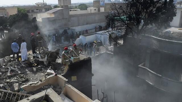 Un avion cu aproape 100 de oameni la bord s-a prăbușit într-o zonă rezidențială din Pakistan - Imaginea 1