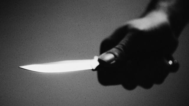 Un tânăr a fost înjunghiat după ce le-a atras atenția unor indivizi că fac scandal