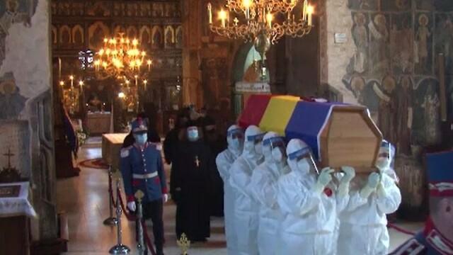 ÎPS Pimen, înmormântat la Mănăstirea Sihăstria Putnei. Sicriul, purtat de bărbați în combinezoane