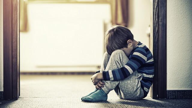 Cum poate fi recunoscut un copil victimă a unui abuz sexual. Sfaturile specialiștilor