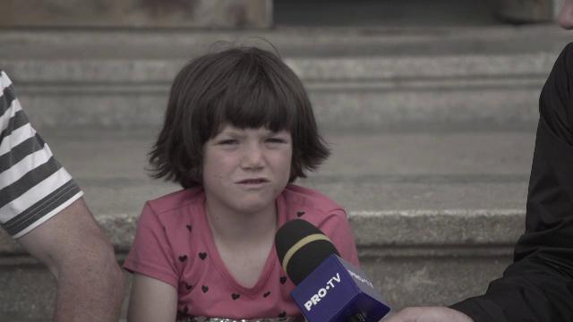 Povestea tristă a unui copil abandonat de mamă. Trăiește din alocație de pe o zi pe alta