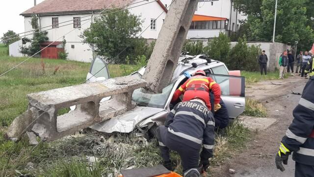 Grav accident de circulație. O mașină a fost lovită atât de tare, încât a rupt un stâlp - Imaginea 1