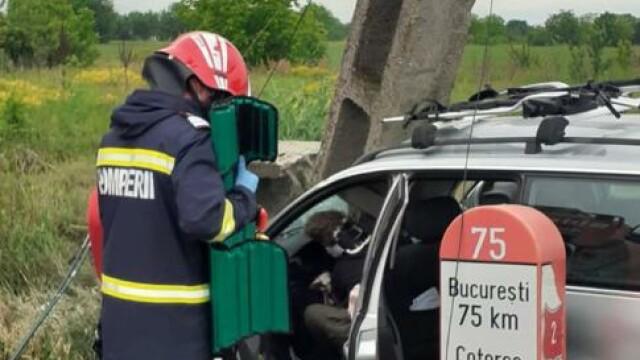 Grav accident de circulație. O mașină a fost lovită atât de tare, încât a rupt un stâlp - Imaginea 3