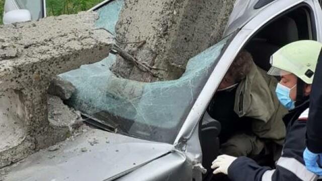 Grav accident de circulație. O mașină a fost lovită atât de tare, încât a rupt un stâlp - Imaginea 4