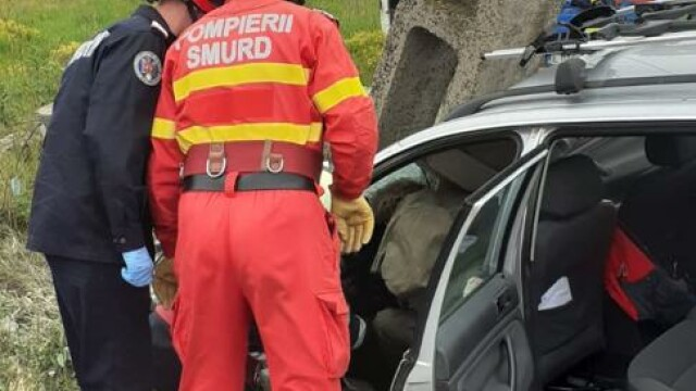 Grav accident de circulație. O mașină a fost lovită atât de tare, încât a rupt un stâlp - Imaginea 5