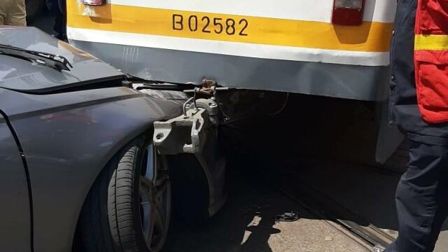 Un tramvai a deraiat și a lovit puternic un autoturism, într-o intersecție din București - Imaginea 3
