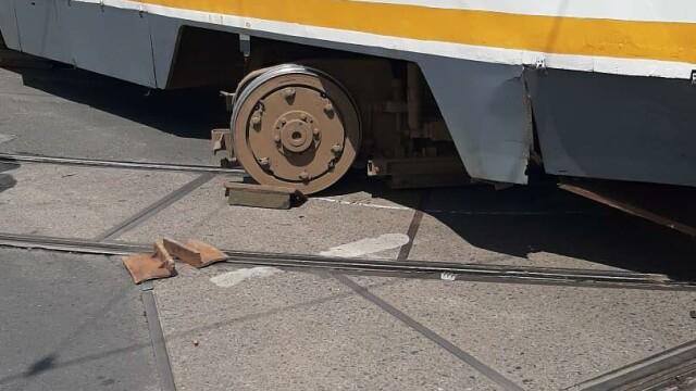 Un tramvai a deraiat și a lovit puternic un autoturism, într-o intersecție din București - Imaginea 4