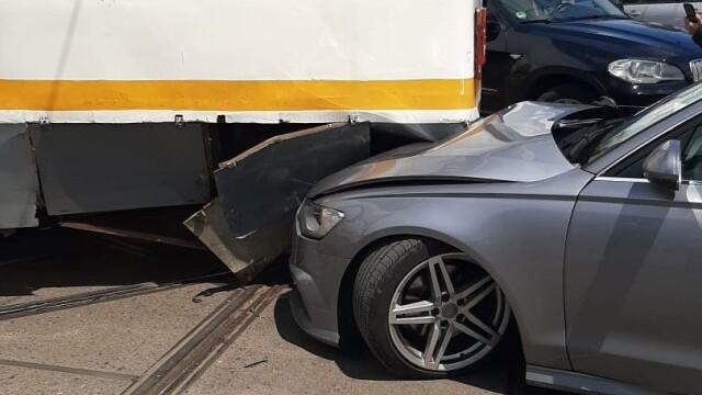 Un tramvai a deraiat și a lovit puternic un autoturism, într-o intersecție din București - Imaginea 5