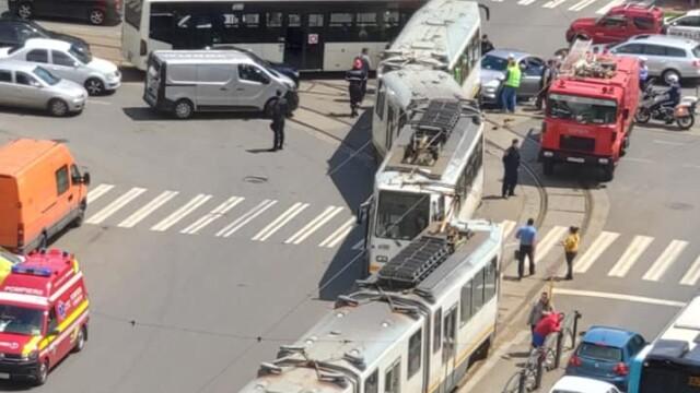 Un tramvai a deraiat și a lovit puternic un autoturism, într-o intersecție din București - Imaginea 6