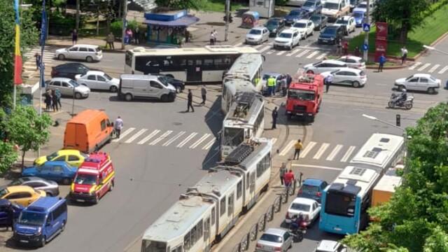 Un tramvai a deraiat și a lovit puternic un autoturism, într-o intersecție din București - Imaginea 7