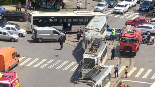 Un tramvai a deraiat și a lovit puternic un autoturism, într-o intersecție din București - Imaginea 8