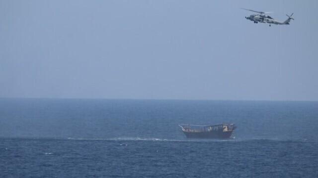 FOTO. Mii de arme confiscate de Marina SUA au acoperit complet puntea unei nave de 173 de metri - Imaginea 1