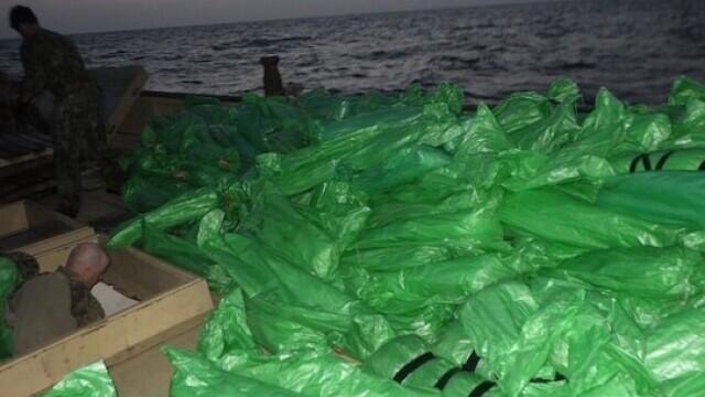 FOTO. Mii de arme confiscate de Marina SUA au acoperit complet puntea unei nave de 173 de metri - Imaginea 2