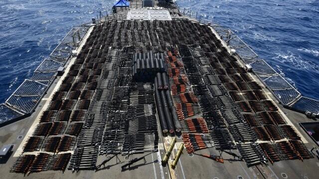 FOTO. Mii de arme confiscate de Marina SUA au acoperit complet puntea unei nave de 173 de metri - Imaginea 4
