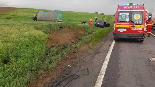 FOTO și VIDEO. Accident grav în județul Brașov, între o mașină și un TIR. Patru persoane au murit - Imaginea 2