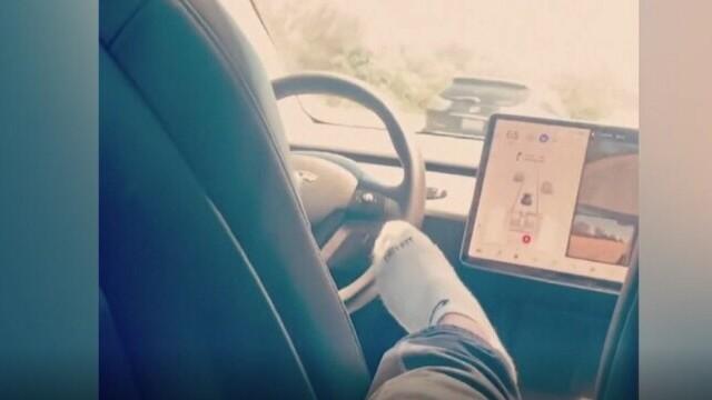Un tânăr din SUA a condus o mașină Tesla în timp ce se afla pe bancheta din spate