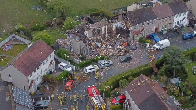 Două case au sărit în aer în UK. Un copil a murit şi patru persoane au fost rănite. FOTO - Imaginea 1
