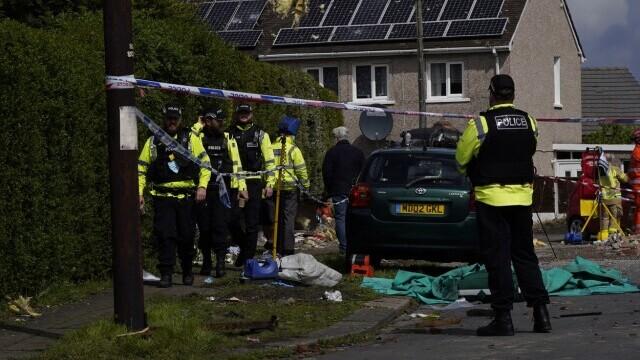 Două case au sărit în aer în UK. Un copil a murit şi patru persoane au fost rănite. FOTO - Imaginea 4