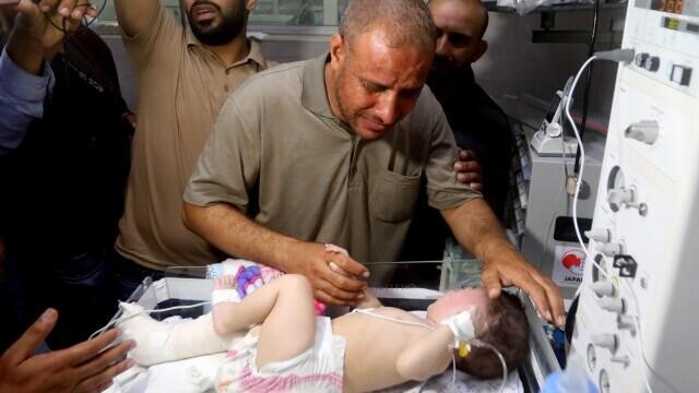 Un bebeluș a fost găsit în viață la pieptul mamei sale moarte, după un atac israelian în Gaza - Imaginea 2