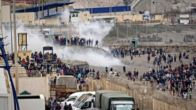Spania a trimis armata în Ceuta. Mii de migranţi au ajuns înot în exclava spaniolă - Imaginea 2