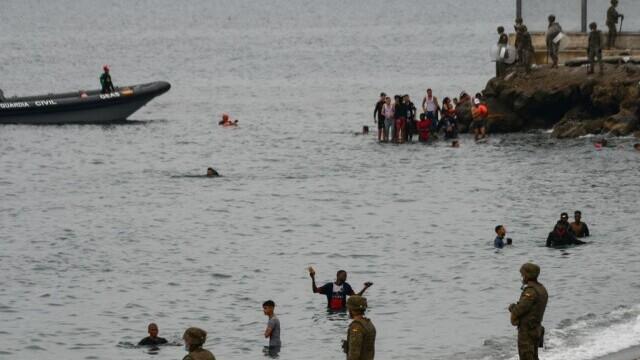 Spania a trimis armata în Ceuta. Mii de migranţi au ajuns înot în exclava spaniolă - Imaginea 3