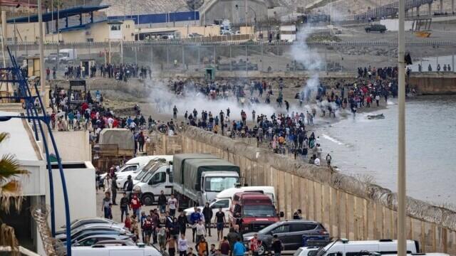 Spania a trimis armata în Ceuta. Mii de migranţi au ajuns înot în exclava spaniolă - Imaginea 4