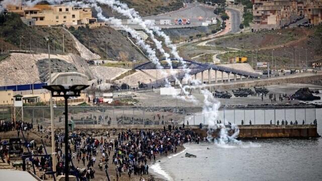 Spania a trimis armata în Ceuta. Mii de migranţi au ajuns înot în exclava spaniolă - Imaginea 6