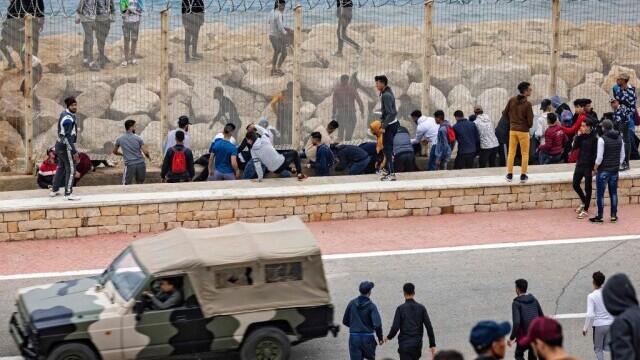 Spania a trimis armata în Ceuta. Mii de migranţi au ajuns înot în exclava spaniolă - Imaginea 7