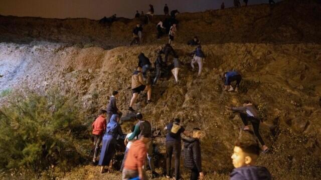 Spania a trimis armata în Ceuta. Mii de migranţi au ajuns înot în exclava spaniolă - Imaginea 8