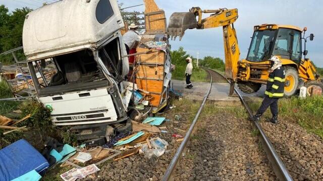 Un camion încărcat cu 70 de stupi de albine, lovit de un tren. FOTO