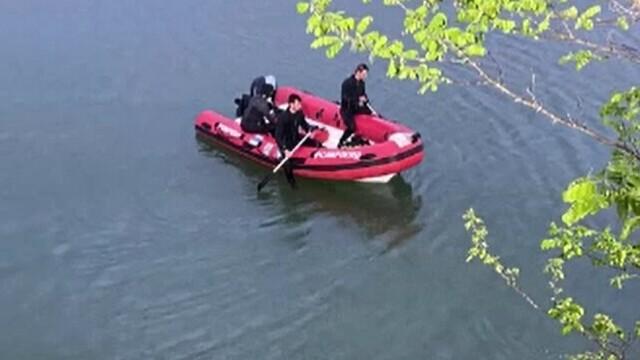 Un tânăr a condus băut și fără permis. A ajuns cu mașina în lac, iar prietenul său a murit