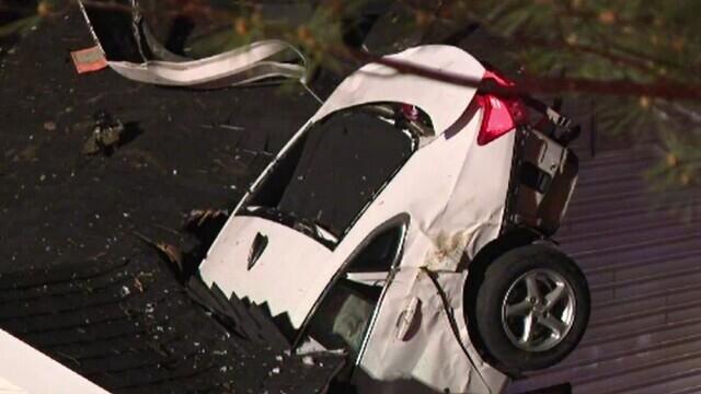 Accident rutier neobișnuit. Un autoturism s-a înfipt în acoperișul unei case din SUA