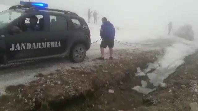 Mai mulți turiști au rămas blocați cu mașinile în zăpadă, în zona vârfului Bihor