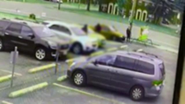 O șoferiță a scăpat cu viață după ce atacatorii au tras 23 de gloanțe spre ea. Momentul atacului a fost filmat