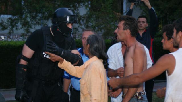 Protest inedit. S-au legat intre ei cu lanturi si au dat navala in primarie