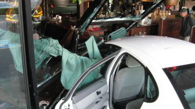 Denver: S-au trezit cu masina in restaurant!