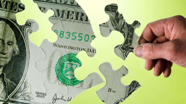 Pentru a trece de criza fie cresc taxele, fie se reduc cheltuielile