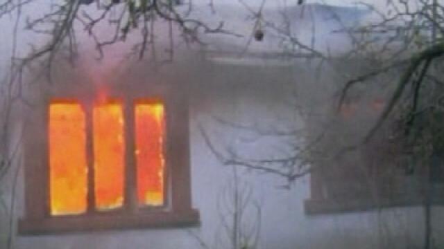 Situatie disperata pentru o familie din Arges! Focul le-a distrus casa