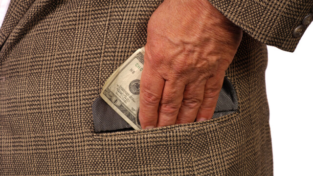 Un sef de post din Timis, suspectat ca ar fi cerut bani unor infractori