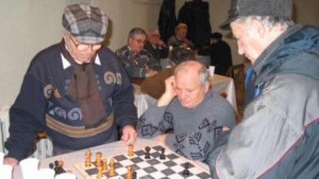 Iarna, pensionarii din Arad inchid caloriferele si merg sa joace table!