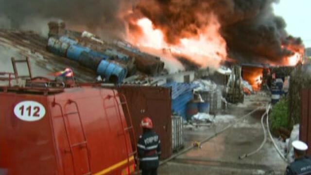 Incendiu la o fabrica de mobila din Bucuresti, zona Garii Basarab!