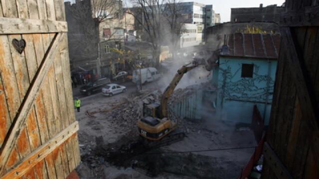 Demolare cu scandal intr-un bloc din Galati. Au fost distruse anexele