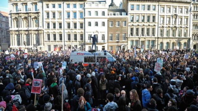 Masina in care se afla printul Charles, atacata de studentii protestatari