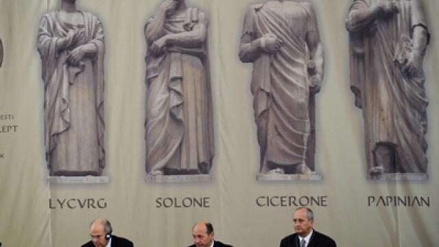 Vassilios Skouris (S), presedintele Curtii de Justitie a Comunitatii Europene, Traian Basescu (C), presedintele Romaniei si Prof. dr. Ioan Panzaru (D), rectorul Universitatii Bucuresti