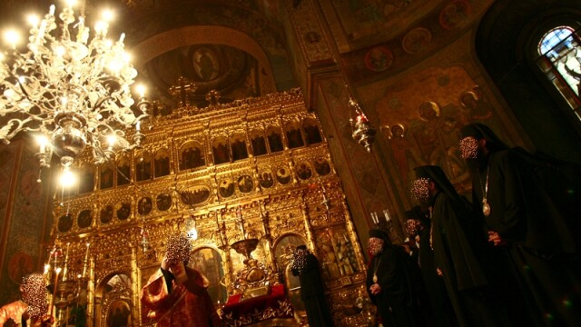 Injuraturi si blesteme. Preot alergat prin biserica de enoriasi: de frica, s-a ascuns in altar