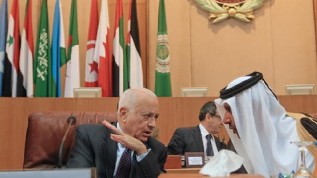 Premierul Qatarului si ministrul de externe Sheikh Hamad bin Jassem bin Jabr al-Thani (D)