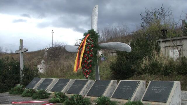Furt istoric la Resita. Monumentul eroilor germani, tinta hotilor de fier vechi - Imaginea 1