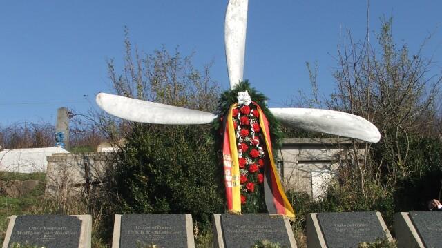 Furt istoric la Resita. Monumentul eroilor germani, tinta hotilor de fier vechi - Imaginea 2