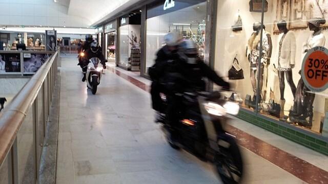 Scene incredibile intr-un mall din Londra: 6 hoti pe motociclete au jefuit un magazin